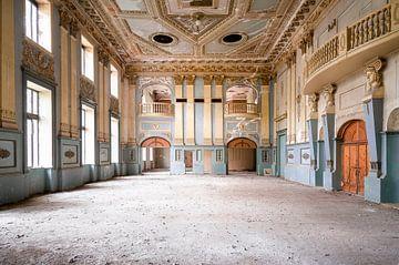 Verlassene Halle im Staub. von Roman Robroek