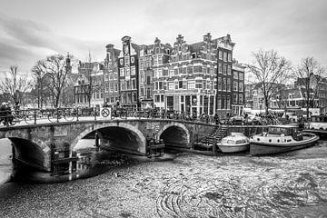 Grachtenpanden aan bevroren Brouwersgracht Amsterdam van Dennis Kuzee