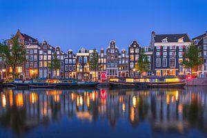 Amsterdamse gracht in de avond nacht met gele woonboot van Arjan Almekinders