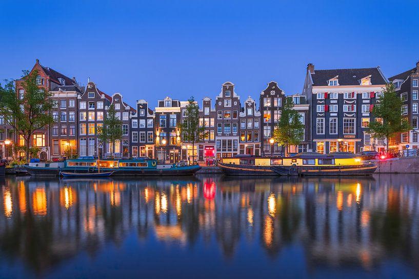 Amsterdamer Gracht bei Nacht mit gelbem Hausboot von Arjan Almekinders