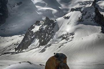 Blick auf die Aiguilles de Chamonix mit Bergsteigern von Hans Lubout