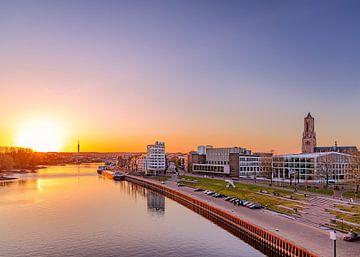 Rijnkade Arnhem tijdens zonsondergang. van Nicky Kapel