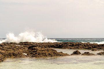 Kracht van de zee op Ambon, Molukken, Indonesië van Zero Ten Studio