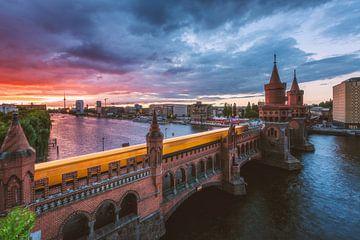 Berlin Oberbaumbrücke zum Sonnenuntergang mit U-Bahn von Jean Claude Castor