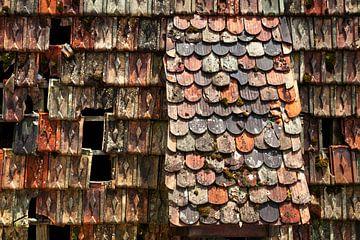 vieux toit de tuiles usées sur Jürgen Wiesler
