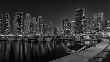 Dubai bij nacht 6 van Peter Korevaar