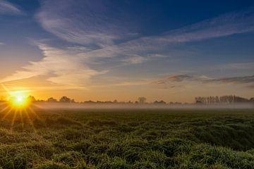 Nebliger Morgen mit der aufgehenden Sonne von Lieke van Grinsven van Aarle