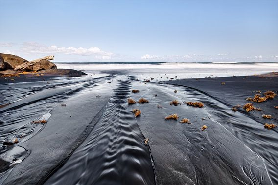Dunkler Strand mit Sandrippen
