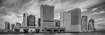 MANHATTAN ' s meest zuidelijke punt en de Whitehall Terminal | Panorama-monochroom van Melanie Viola