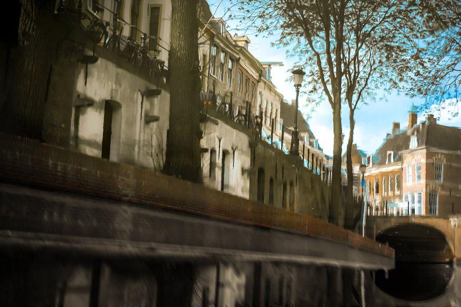 Weerspiegeling van grachtenpanden in het water van de Oudegracht in Utrecht. One2expose Wout Kok Pho
