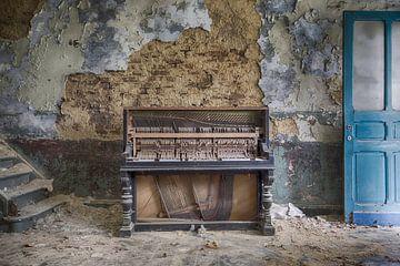 piano in verlaten pand sur Manja van der Heijden