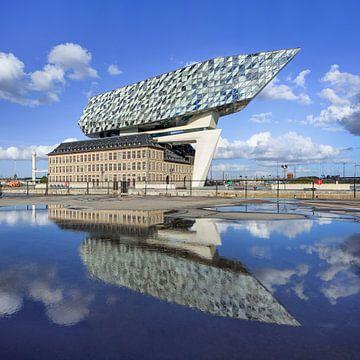 Anvers Maison Port sur le ciel bleu jour ensoleillé reflète dans un étang 1 sur Tony Vingerhoets