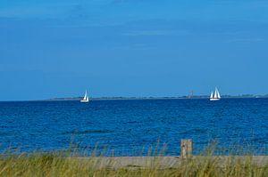 Küste der Ostsee mit zwei Segelbooten