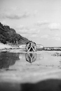 Yoga zwart wit op het strand van Vivian Raaijmaakers