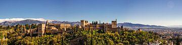 Panorama vestingpaleis Alhambra in Granada Spanje tegen de achtergrond van de Sierra Nevada van Dieter Walther