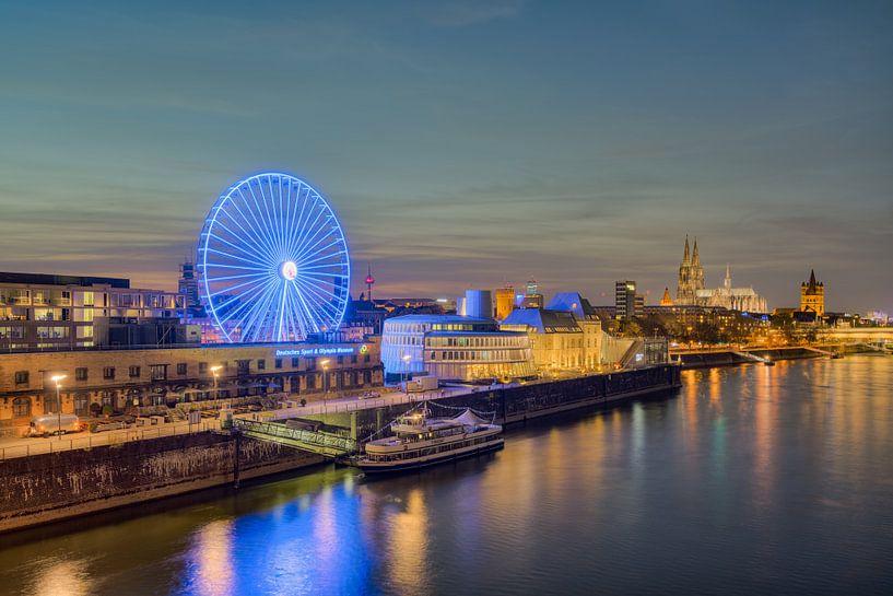 Die Skyline von Köln am späten Abend von Michael Valjak