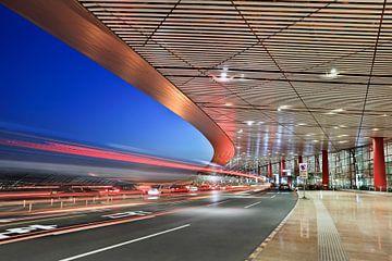 Beijing Capital International Airport in der Dämmerung von Tony Vingerhoets