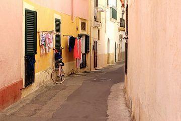 Italiaans straatje, Puglia van Inge Hogenbijl