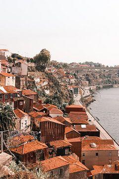 Portugese wijk in de oude stad van Porto aan het water, de Douro. van Leanne Remmerswaal