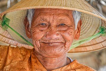 Oude Vietnamese vrouw met strohoed van Richard van der Woude