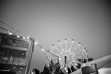 Auf dem Rummelplatz - Schwarz-weißes Riesenrad bei Einbruch der Dunkelheit von Wendy Boon