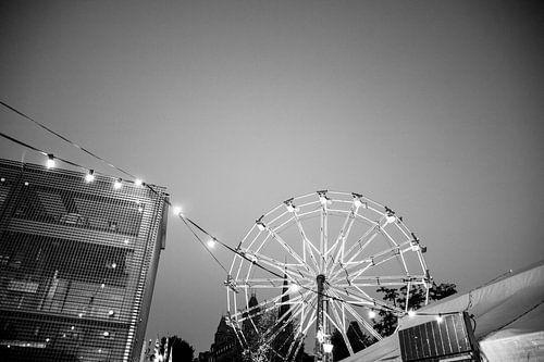 Op de kermis| Zwart witte reuzenrad  bij avondval