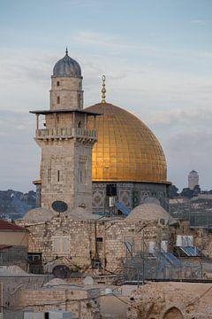 El-Ghawanima minaret en koepel op tempel rots in Jeruzalem, Israel. van Joost Adriaanse