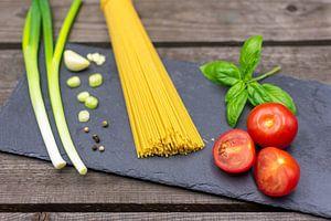 Spaghetti mit Frühlingszwiebeln, Basilikum, Tomaten und Knoblauch