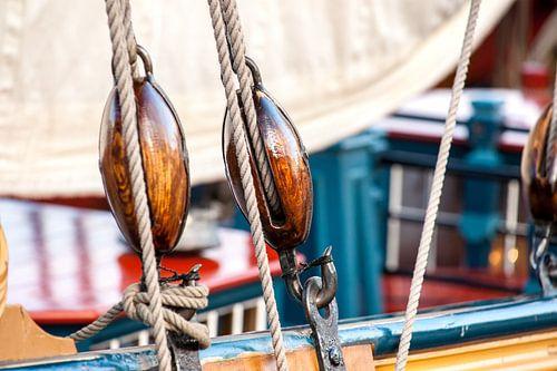Katrollen, touwen en details van oude zeilschepen