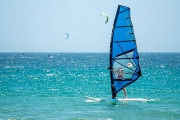 Windsurfer in Tarifa (Andalusië, Spanje) van Monique van Helden