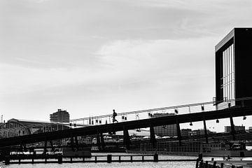 Brücke zum Muziekgebouw in Amsterdam von Bart Rondeel