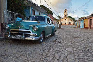Oldtimer in einer Straße von Trinidad, Kuba von Herman Keizer