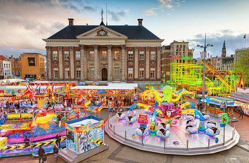 Jahres May Fair am Marktplatz in der Stadt Groningen mit dem Rathaus im Hintergrund von Evert Jan Luchies