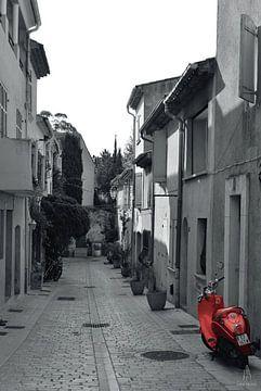 Rode scooter in een klein straatje te Saint-Tropez van Tom Vandenhende