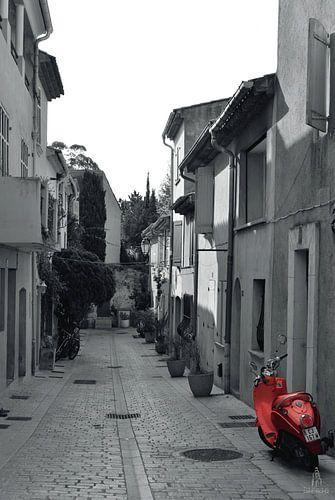 Rode scooter in een klein straatje te Saint-Tropez