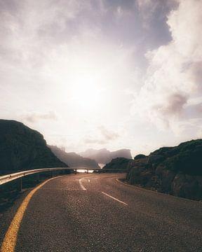 Die Straße zum Leuchtturm Cap de Formentor durch die Berge entlang der Küste Mallorcas von Michiel Dros