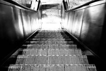 Auf der Rolltreppe von Norbert Sülzner