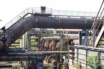 Alte rostige Rohre auf dem Gelände des ehemaligen Hochofenkomplexes Lapadu bei Duisburg in Deutschla von Robin Verhoef