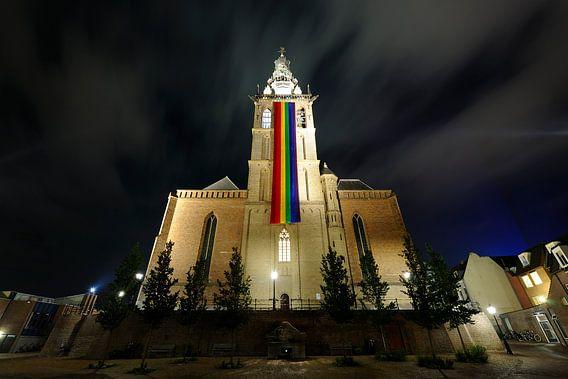 Sint-Stevenskerk in Nijmegen met regenboogvlag van Merijn van der Vliet