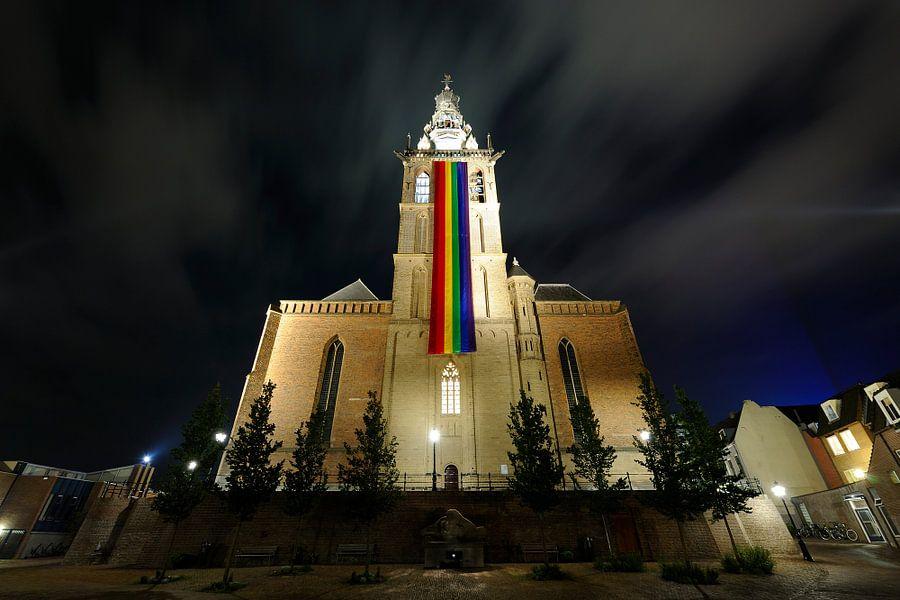 Sint-Stevenskerk in Nijmegen met regenboogvlag
