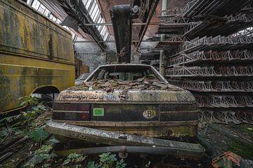 Een oude Opel auto in Belgie van Steven Dijkshoorn