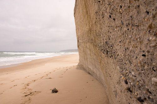 Zandmuur op het strand. van
