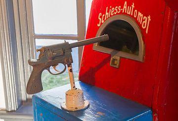 Old gaming machine 'Schiess-Automat' (shooting gallery) von Micha Klootwijk