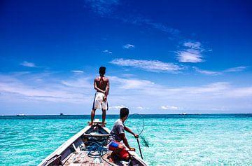 Twee jonge vissers op zoek naar visvangst in de tropen van André van Bel