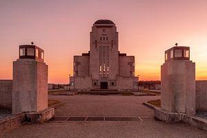 Oranje zonsondergang bij Radio Kootwijk van Marcel van den Bos