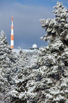 Uitzicht op de besneeuwde Brocken top in het Harz gebergte van t.ART