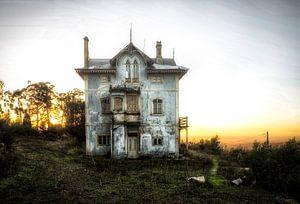 Verlassener hellblauer Sonnenuntergang des Hauses