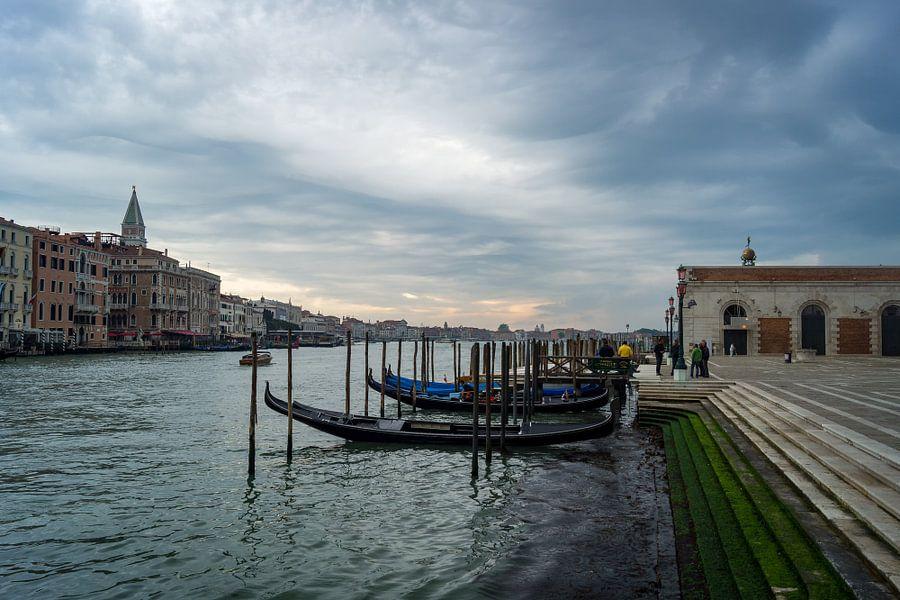 Gondels in Canal Grande, Venetië van Michel van Kooten
