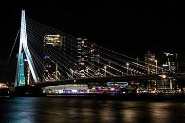 Abendbild Erasmusbrücke in Rotterdam von Eric de Jong