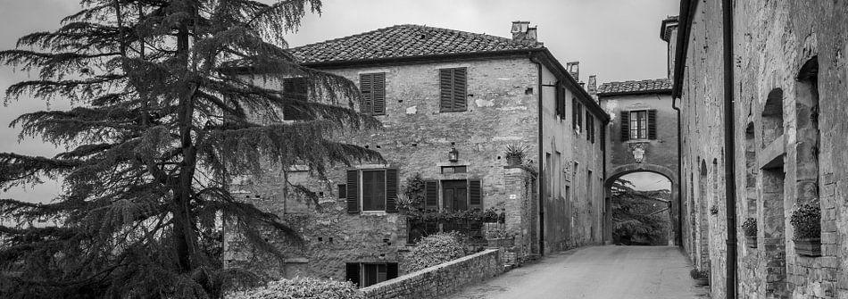 Monochrome Tuscany in 6x17 format, Lucignano d'Asso II van Teun Ruijters